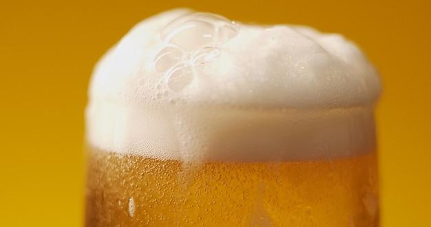 Холодное светлое пиво в стакане с каплями воды. ремесло пиво крупным планом.