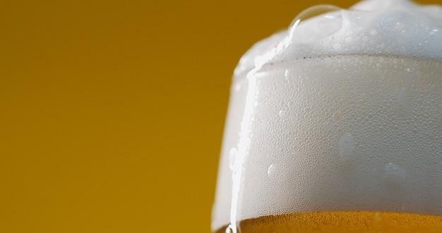 물 방울과 유리에 차가운 가벼운 맥주. 크래프트 맥주를 닫습니다.