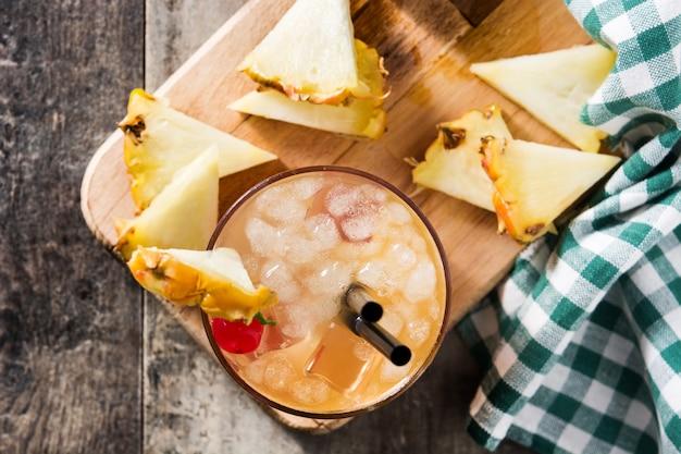 パイナップルとチェリーの冷たいタイカクテル