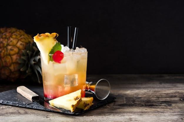 Холодный коктейль май тай с ананасом и вишней