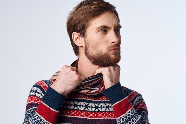 스카프를 두른 차가운 남자는 목 감염 바이러스 스튜디오에 달라붙는다. 고품질 사진