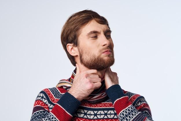 목 감염 바이러스 스튜디오에 달라붙는 스카프를 한 차가운 남자
