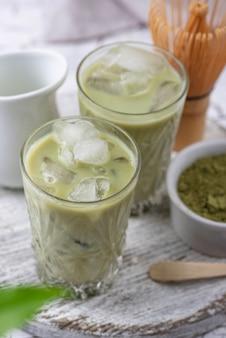 Холодный чай матча с молоком и льдом