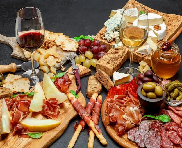 Сырное ассорти из холодного мяса с колбасой из чоризо, салями, сыром и вином
