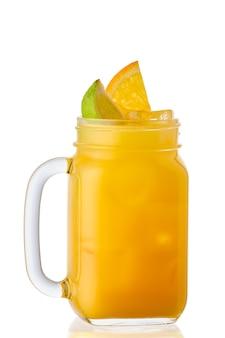Холодный апельсиновый и лаймовый лимонад в банке каменщика, изолированные на белой поверхности