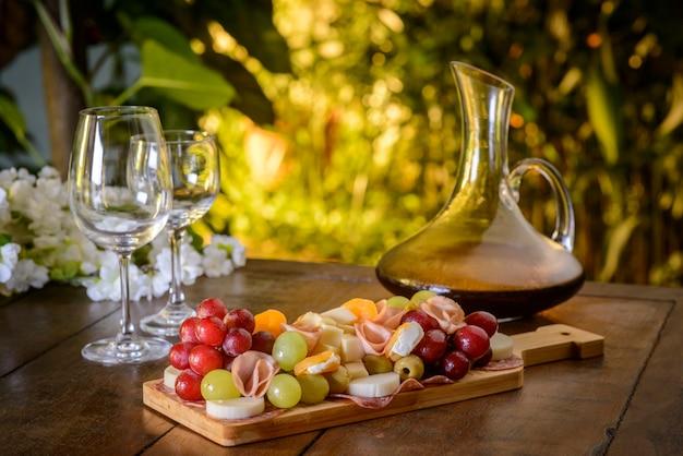 木製のテーブルに冷たい大皿とワイングラス。