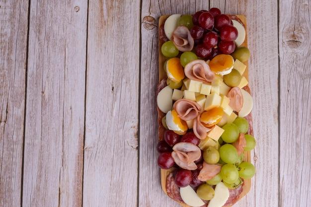 木製のテーブルの上の冷たい大皿。上面図。