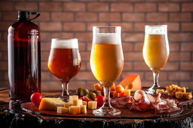 Холодное блюдо с разливным пивом на деревянной разделочной доске