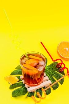 ガラスにオレンジと氷を入れた冷たい赤のサングリアカクテル