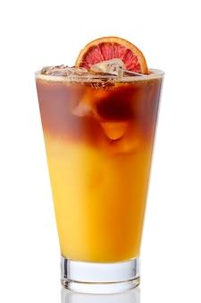 白い表面に分離されたチェリーとオレンジの冷たいさわやかなレモネード