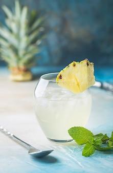 暑い夏の日のための氷と冷たいさわやかなパイナップルドリンク