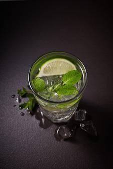 冷たいさわやかな夏のレモネードモヒートをグラスに