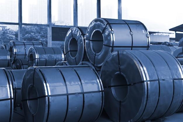 冷間圧延鋼コイルを鉄鋼業界の貯蔵場所に設置する。ヴィンテージブルートーン