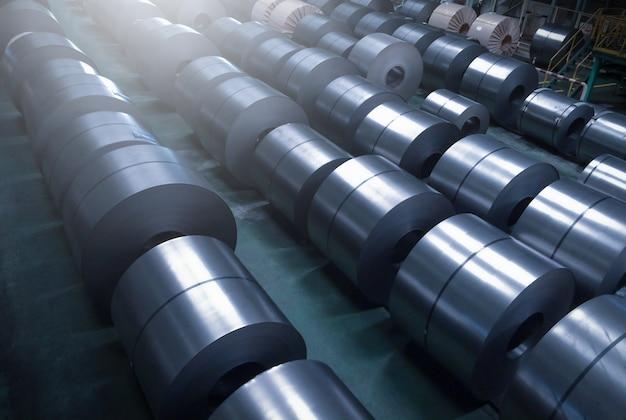 Холоднокатаная стальная катушка на складе в сталелитейном заводе.
