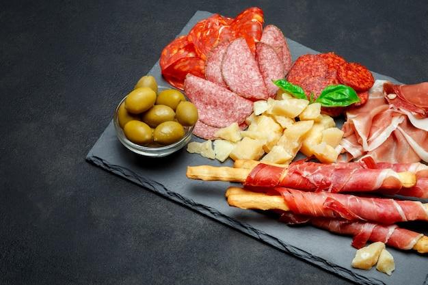 Мясная тарелка холодного копчения со свиными отбивными, прошутто, салями и хлебными палочками