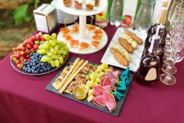 ケータリングテーブルの冷たい軽食と果物