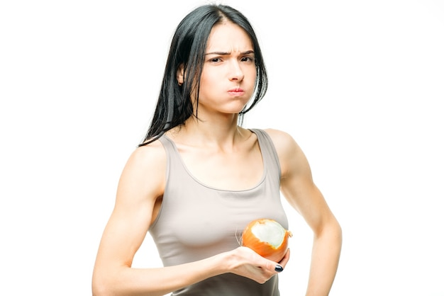 風邪、鼻水、インフルエンザの予防、女性は白でタマネギを食べます。