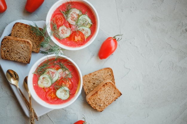 トマト、パプリカ、きゅうり、玉ねぎ、にんにくを使った冷たいスープガスパチョ