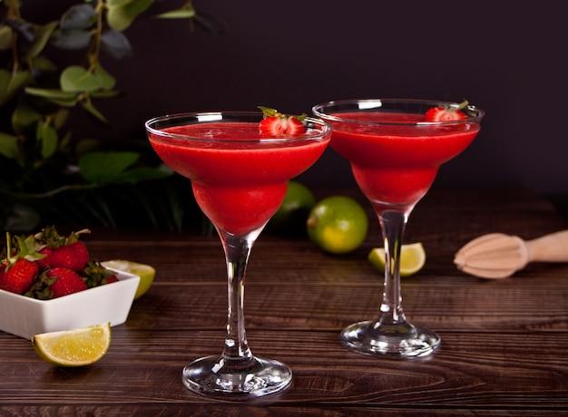 ライムとラム酒を添えた冷たいストロベリーマルガリータまたはダイキリカクテル。