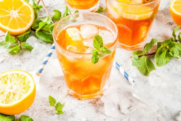 Холодный летний напиток. чай со льдом с лимоном и мятой