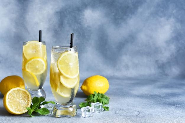 レモンとミントレモネードの冷たい夏の飲み物。氷と古典的なレモネード