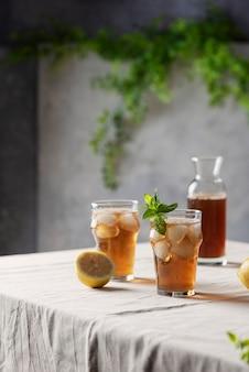 Холодный летний чай с лимоном и мятой, выборочный фокус изображения