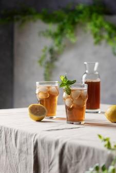 レモンとミントの冷たい夏のお茶、
