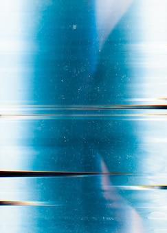 차가운 질감. 먼지 스크래치 그레인 노이즈 디지털 왜곡 인공물 효과가있는 파란색 흰색 고민 표면.