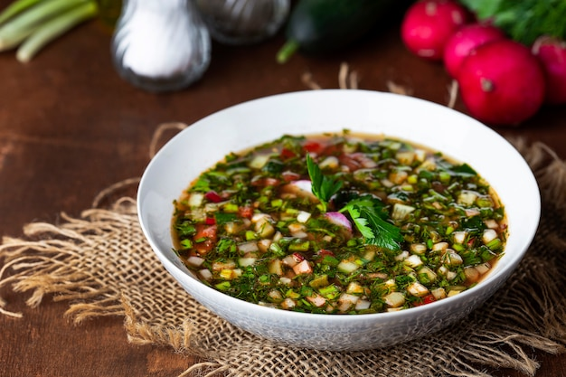 野菜と冷たい伝統的なスープオクローシカ
