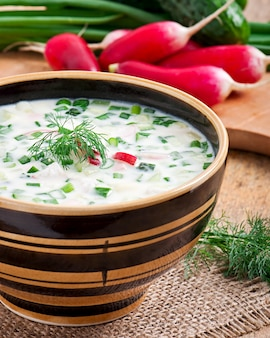卵と野菜の冷たい野菜ケフィアスープ