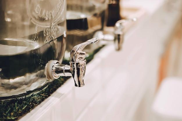 카페 또는 레스토랑의 냉수 디스펜서. 최소 냉각기.