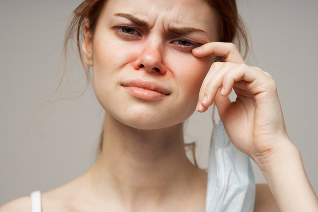 風邪の女性の医療マスク赤鼻感染症