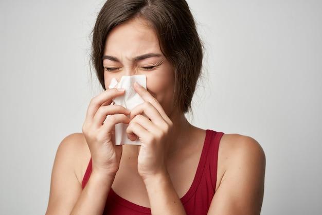 Холодная женщина с вирусом гриппа проблем со здоровьем носовой платок
