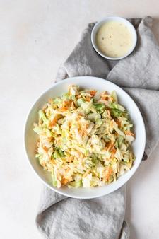 白キャベツおろしにんじんとルバーブを細かく刻んだコールスローサラダ