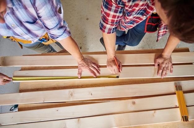 建物における2人の大工のコラボレーション