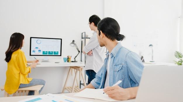 ラップトッププレゼンテーションとコミュニケーション会議を使用する多文化ビジネスマンのコラボレーションプロセス。ホームオフィスでの新しいプロジェクトの同僚の作業計画の成功戦略についてアイデアをブレーンストーミングします。