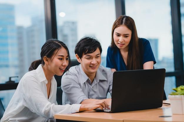 현대 사무실에서 프로젝트 동료 작업 계획 성공 전략에 대한 아이디어를 브레인 스토밍하는 노트북 프레젠테이션 및 커뮤니케이션 회의를 사용하여 다문화 기업인의 공동 프로세스.