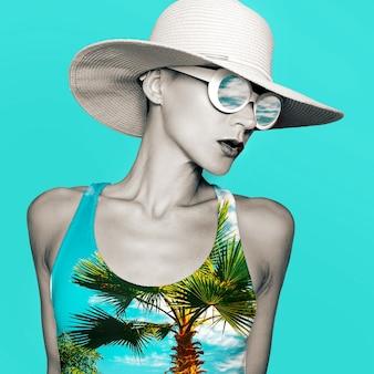 ビーチアクセサリーのコラージュアートスタイリッシュな女性。帽子とサングラス。ビーチファッションコンセプト