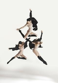 스튜디오 벽에서 베이지색 수영복 춤을 추는 젊은 아름다운 댄서의 이미지에서 콜라주