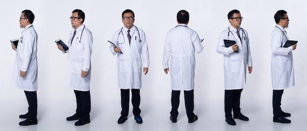 콜라주 그룹 60대 50대의 전체 길이 아시아 노인 의사 남자는 실험실 코트, 환자 차트, 청진기를 착용합니다. 수석 의료 남성 스탠드 흰색 배경 위에 후면 후면보기 주위에 360 회전