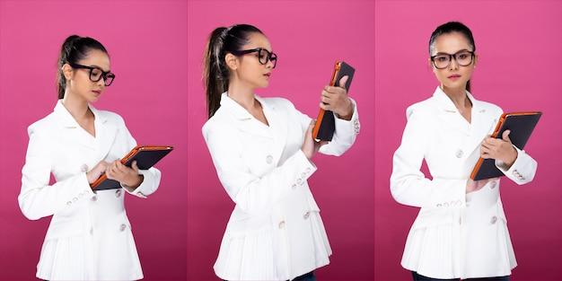 コラージュグループパックアジアのビジネスウーマンの肖像画は、白いフォーマルなブラザースーツのメガネを着用し、タブレットでチャットして作業し、スタジオの照明はピンクの背景を分離し、弁護士の上司は360度見回すポーズをとる