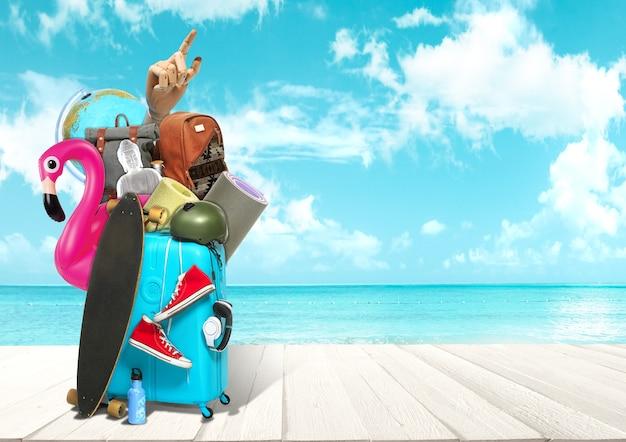 바다 전망 앞에서 여행을 위한 수하물 콜라주. 여름, 리조트, 여행, 여행, 여행의 개념. 필요한 것들. 스케이트보드, 글로브, 불상, 스포츠 매트, 헤드폰 및 로봇 손