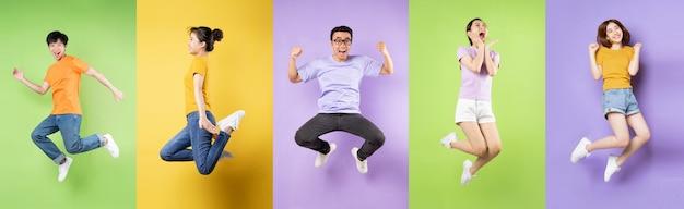 Коллаж из десяти счастливых беззаботных прыжков, изолированных на фоне