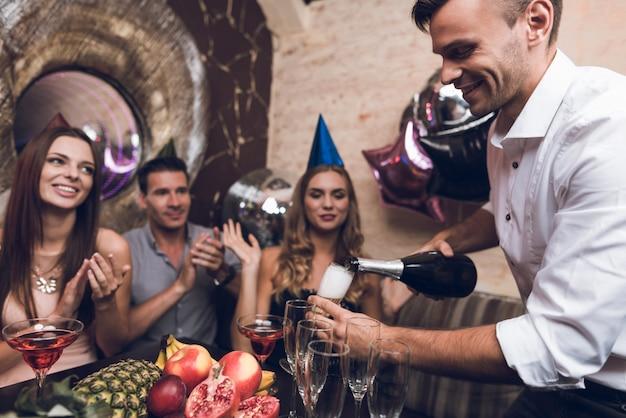 クラブでのコラージュパーティーの時間bithday祝賀