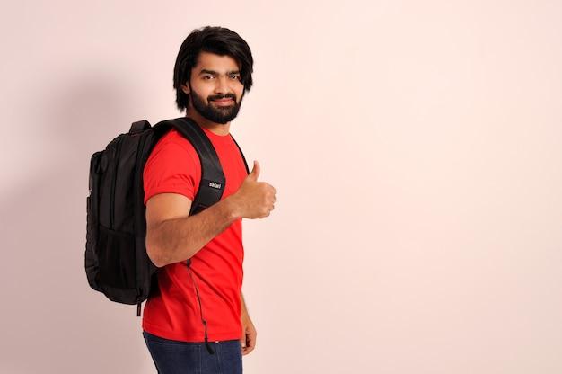 Студент коллажа показывает палец вверх с рюкзаком