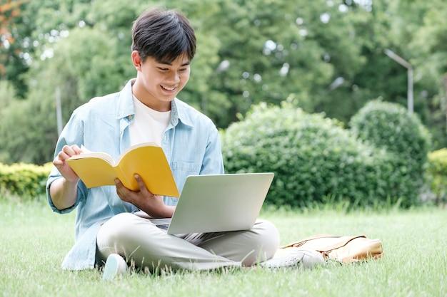 캠퍼스 마당에 앉아 노트북을 사용하는 콜라주 학생, 온라인 학습 개념.