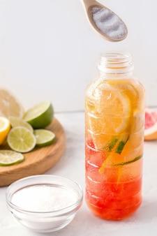 白い背景の上のコラーゲンと柑橘類の飲み物