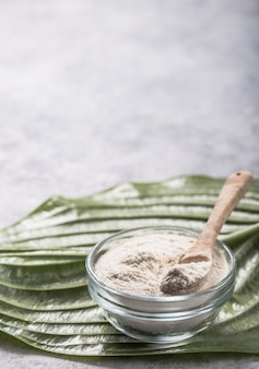 ガラスのコラーゲンパウダー。コラーゲンサプリメントは、しわや乾燥を減らすことにより、皮膚の健康を改善するかもしれません。