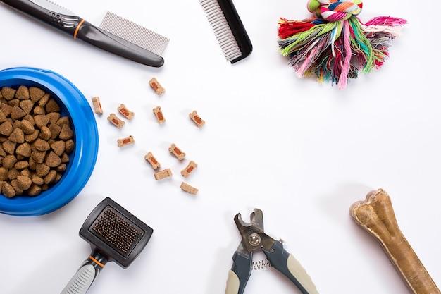Ошейник синяя миска с расческами для деликатесов и щетками для собак, изолированные на белом фоне
