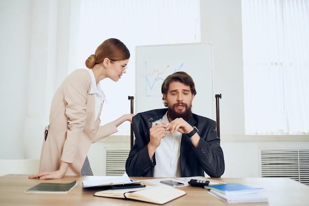 Коллеги по работе, общение в офисе, рабочий стол, профессионалы, эмоции
